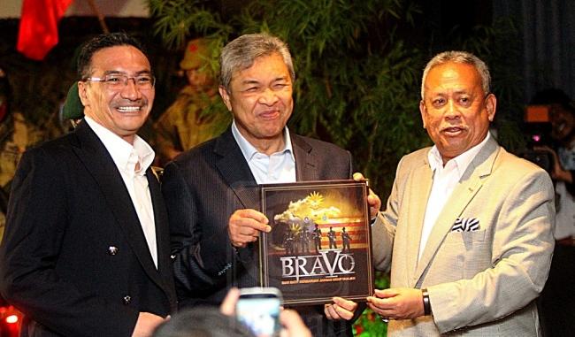 AHMAD ZAHID HAMIDI (tengah) menerima buku BRAVO daripada Zulkifeli Mohd. Zin (kanan) sebagai pelancaran filem Bravo 5 di GSC Signature The Garden, Kuala Lumpur semalam. Turut sama Hishammuddin Tun Hussein (kiri). Utusan/Mohd. Shaharani Saibi